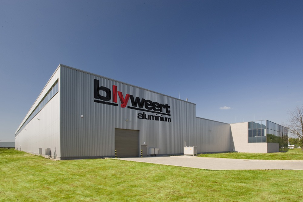 zbliżenie na logo inwestora - hala produkcyjna z budynkiem biurowym, dla Blyweert Aluminium, Czosnów
