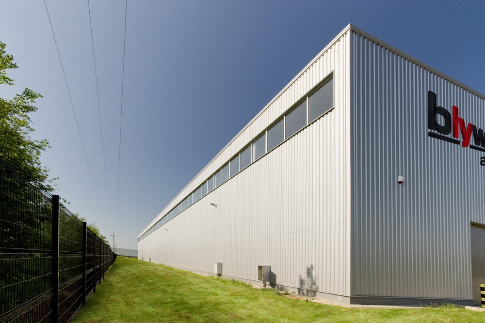 ściana boczna - hala produkcyjna z budynkiem biurowym, dla Blyweert Aluminium, Czosnów, woj. mazowieckie