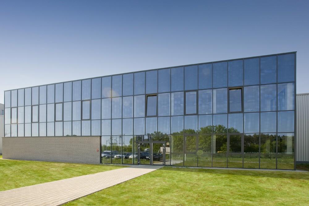 przeszklenia na elewacji frontowej 1 - hala produkcyjna z budynkiem biurowym, dla Blyweert Aluminium, Czosnów