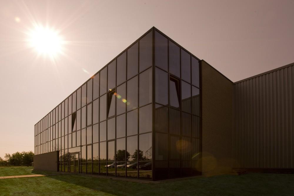 przeszklenia na elewacji frontowej - hala produkcyjna z budynkiem biurowym, dla Blyweert Aluminium, Czosnów