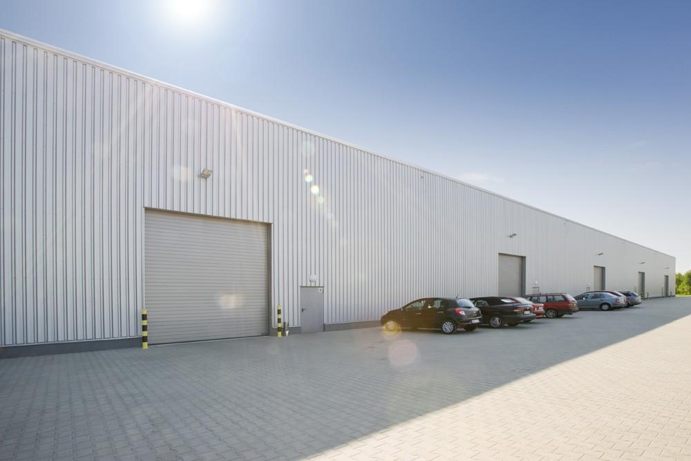 bramy segmentowe - hala produkcyjna z budynkiem biurowym, dla Blyweert Aluminium, Czosnów, woj. mazowieckie