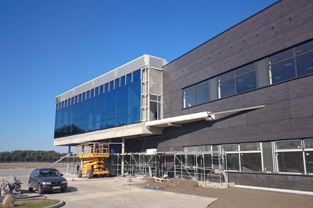 montaż paneli na elewacji bocznej - hala produkcyjno-magazynowa z budynkiem biurowym, dla Lidermax, Łukowo, woj. mazowieckie
