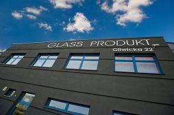 zbliżenie na logo - hala produkcyjno-magazynowa z częścią biurową, dla Glass Produkt, Pyskowice, woj. śląskie