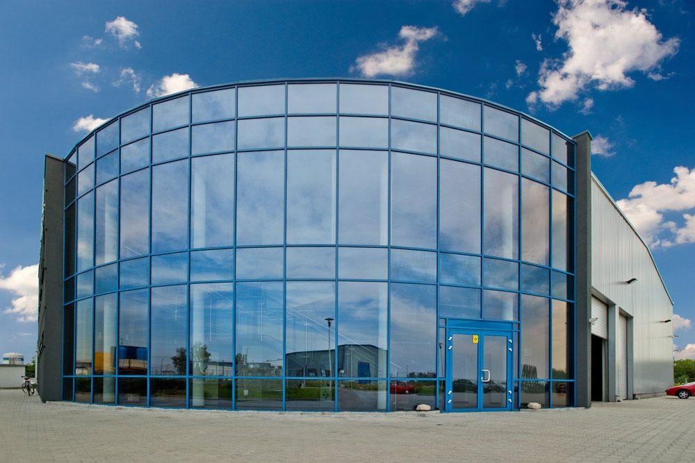 przeszklenie na elewacji frontowej - hala produkcyjno-magazynowa z częścią biurową, dla Glass Produkt, Pyskowice