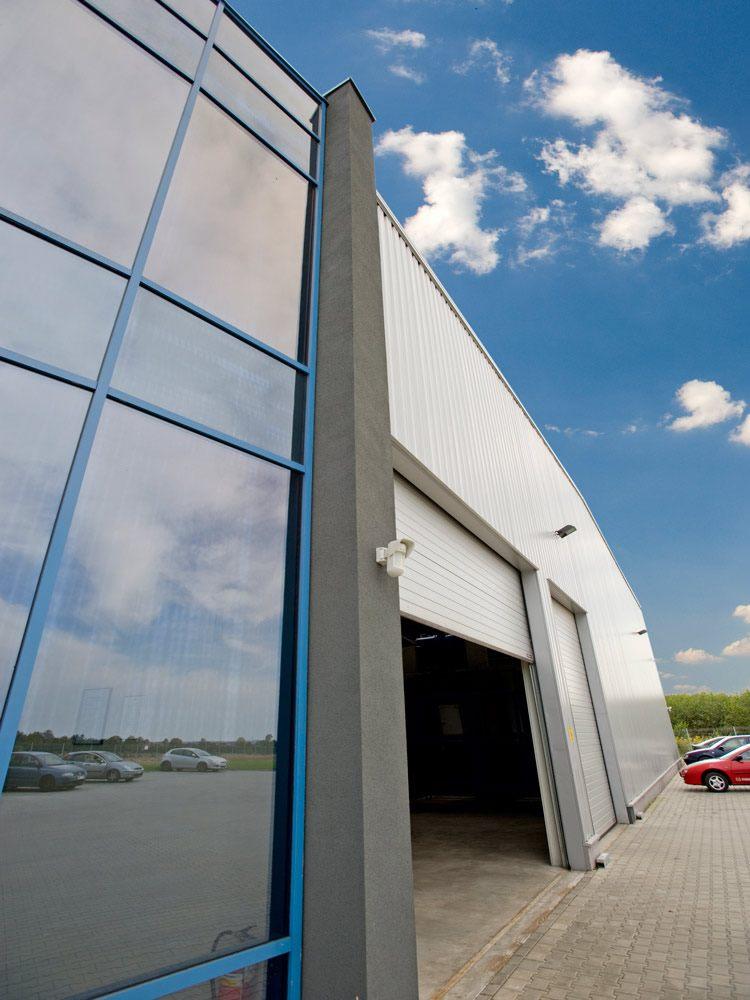 brama segmentowa - hala produkcyjno-magazynowa z częścią biurową, dla Glass Produkt, Pyskowice, woj. śląskie