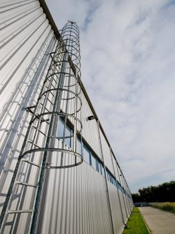 drabina - hala produkcyjno-magazynowa z częścią biurową, dla Glass Produkt, Pyskowice, woj. śląskie