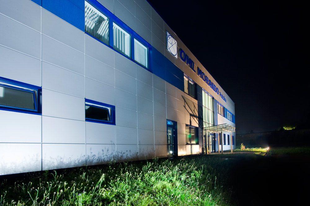 zbliżenie na elewacje - hala produkcyjna z budynkiem biurowym, dla OML Morando, Czerwionka-Leszczyny