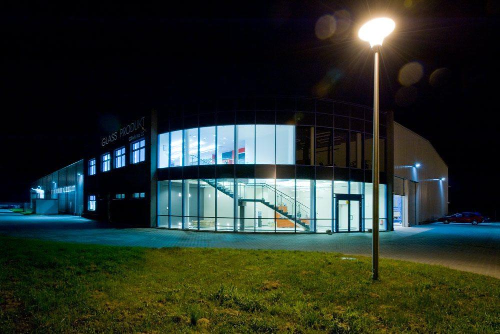 zdjęcie nocne - hala produkcyjno-magazynowa z częścią biurową, dla Glass Produkt, Pyskowice, woj. śląskie