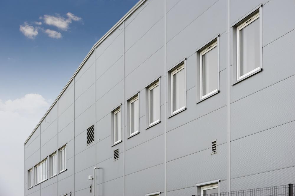 zbliżenie na okna 1 - hala produkcyjna z budynkiem biurowym, dla NWM, Gubin, woj. lubuskie