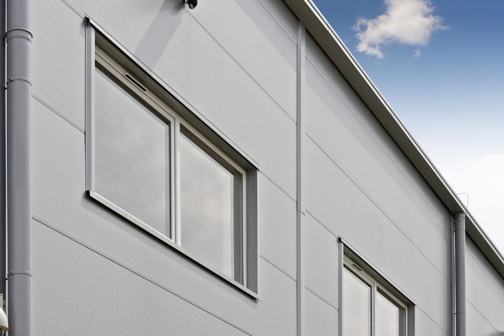 zbliżenie na okna - hala produkcyjna z budynkiem biurowym, dla NWM, Gubin, woj. lubuskie