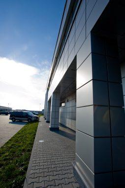 zbliżenie na detal - hala produkcyjno-magazynowa z budynkiem biurowym, dla HG Poland, Łozienica, woj. zachodniopomorskie
