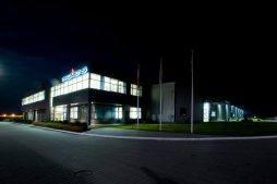 zdjęcie nocne 1 - hala produkcyjno-magazynowa z budynkiem biurowym, dla Promens, Międzyrzecz, woj. lubuskie