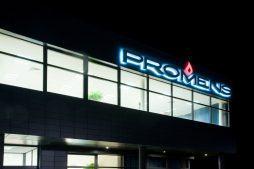 zbliżenie na logo inwestora - hala produkcyjno-magazynowa z budynkiem biurowym, dla Promens, Międzyrzecz