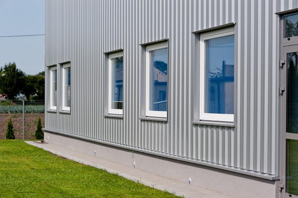okna części biurowej - hala produkcyjna z częścią biurową, dla GG Tech, Piątek, woj. łódzkie