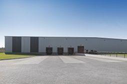 jedna z elewacji bocznych - hala produkcyjna z częścią biurową, dla Dinopol, Ostró Wlkp., woj. wielkopolskie