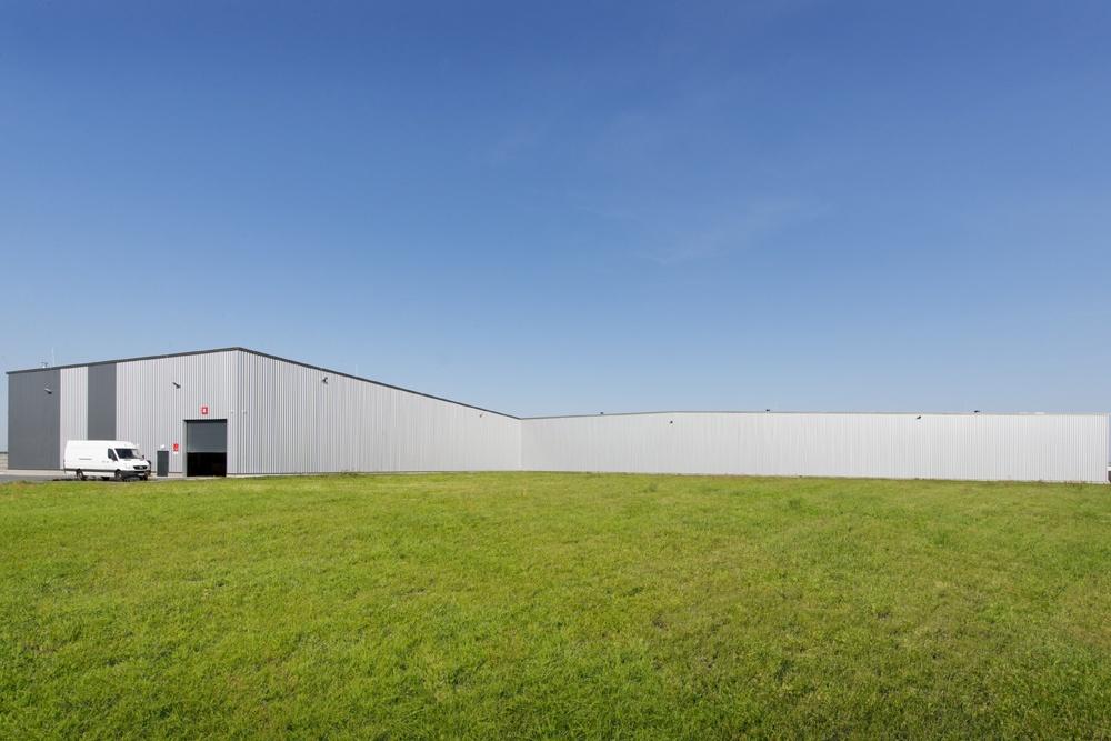 widok na tylną ścianę - hala produkcyjna z częścią biurową, dla Dinopol, Ostró Wlkp., woj. wielkopolskie