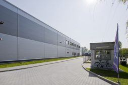 zbliżenie na front budynku - hala produkcyjna z częścią biurową, dla Arsanit, Konin, woj. wielkopolskie