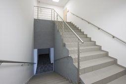 klatka schodowa w części biurowej - hala produkcyjna z częścią biurową, dla Arsanit, Konin