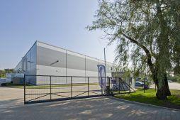 brama wjazdowa na teren inwestycji - hala produkcyjna z częścią biurową, dla Arsanit, Konin