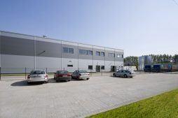 front budynku - hala produkcyjna z częścią biurową, dla Arsanit, Konin, woj. wielkopolskie