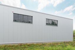 zbliżenie na okna elewacyjne - hala magazynowa, Firma MIRA-LUX, Klaudyn