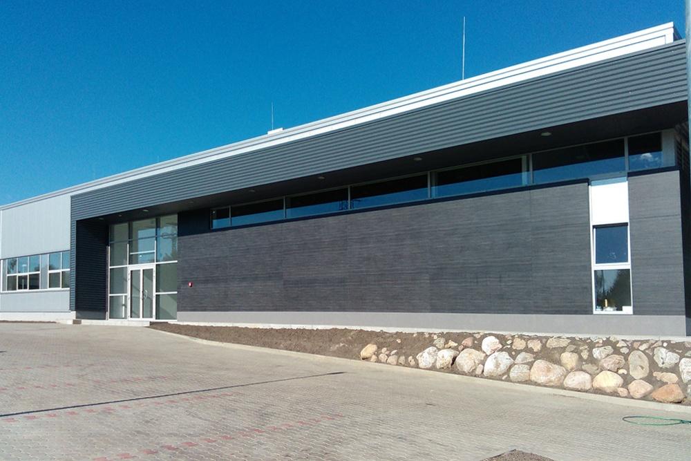 zdjęcie gotowej elewacji -budynek socjalno-biurowy, firma Van Den Block, Lublew Gdański, woj. pomorskie