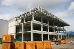 widok na budynek z dystansu - hala magazynowa z budynkiem biurowym, dla Koesters & Meyer, Malanów