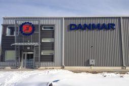 zbliżenie na logo inwestora - hala produkcyjna z częścią socjalno-biurową, dla Danmar, Łódź, woj. łódzkie