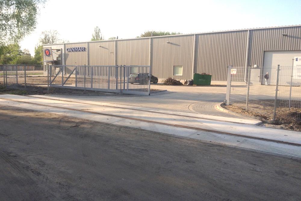 wjazd na teren inwestycji - hala produkcyjna z częścią socjalno-biurową, dla Danmar, Łódź, woj. łódzkie