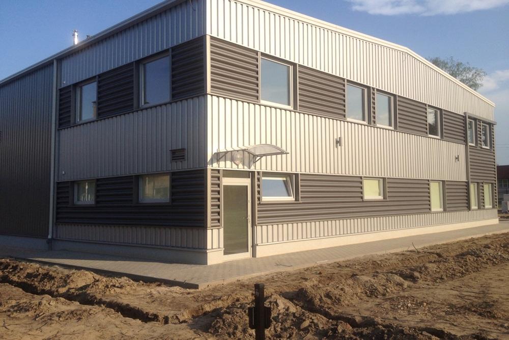 ściana boczna i tylna w trakcie budowy - hala produkcyjna z częścią socjalno-biurową, dla Danmar, Łódź