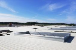 montaż dachu od strony zewnętrznej - hala produkcyjno-magazynowa z częścią socjalno-biurową, dla Fabryka Flag Linea, inwestycja w Koszalinie