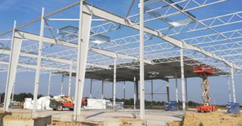 montaż dachu hali - hala produkcyjno-magazynowa z częścią socjalno-biurową, o powierzchni około 7.000 m2, dla Kentaur, woj. zachodniopomorskie