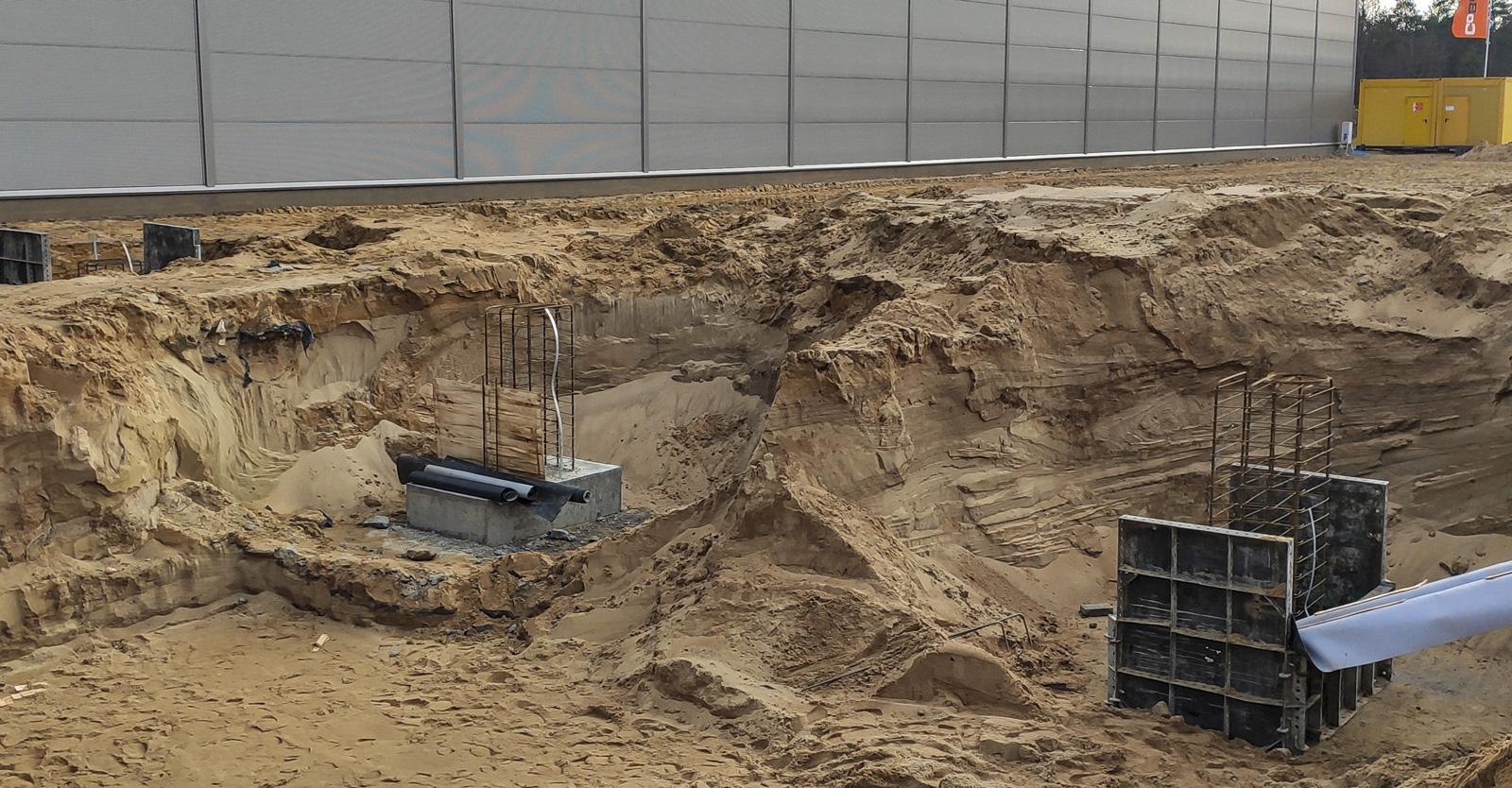 wykonywanie stóp fundamentowych oraz podsypki piaskowej pod posadzkę - rozbudowa hali dla firmy Viscon, Płaszewko, woj. pomorskie