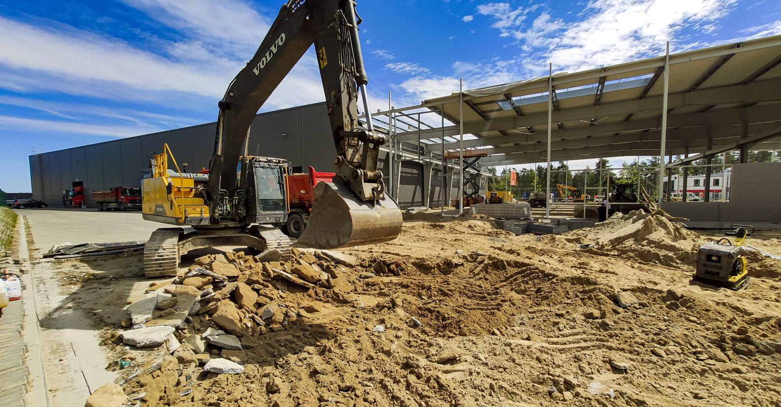 roboty ziemne pod plac manewrowy - budowa hali produkcyjno-magazynowej, w woj. pomorskim, w Płaszewku, na terenie Słupskiej SSE, dla Viscon Group Poland
