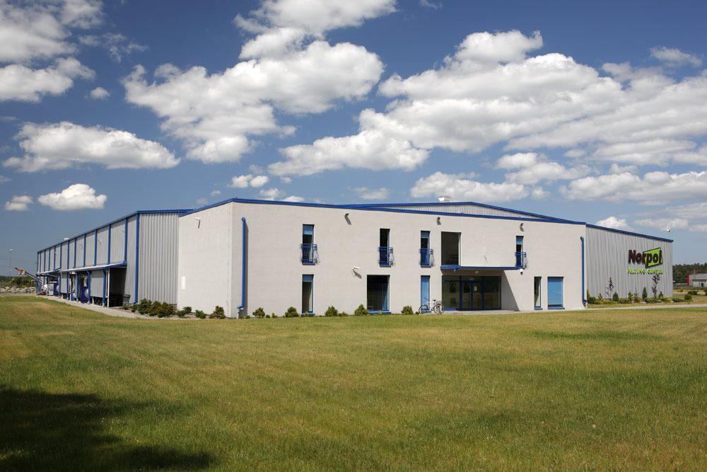 widok z oddali - hala produkcyjno-magazynowa z budynkiem biurowym, dla Norpol, Łozienica, woj. zachodniopomorskie