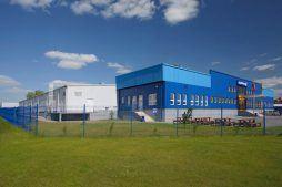 widok z oddali - hala produkcyjna z budynkiem biurowym, dla Klippan Safety, Stargard Szczeciński, woj. zachodniopomorskie