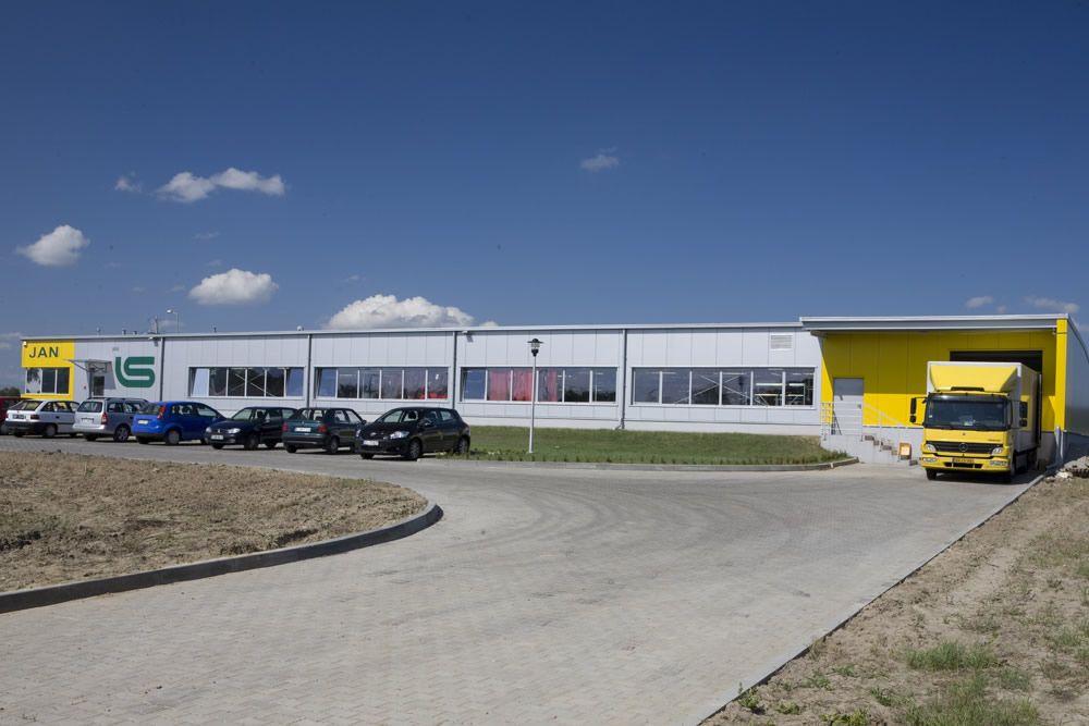 teren przed budynkiem - hala produkcyjn z częścią biurową, dla Jan, Międzyrzecz, woj. lubuskie