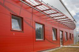 zbliżenie na wejście do budynku oraz okna - hala produkcyjno-magazynowa, dla HTMP, Gorzów Wielkopolski