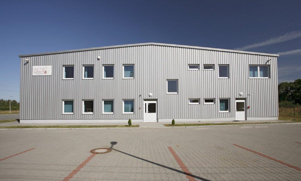 ściana frontowa - hala produkcyjno-magazynowa z częścią biurową, dla AL.-PI Polonia, Stryków, woj. łódzkie