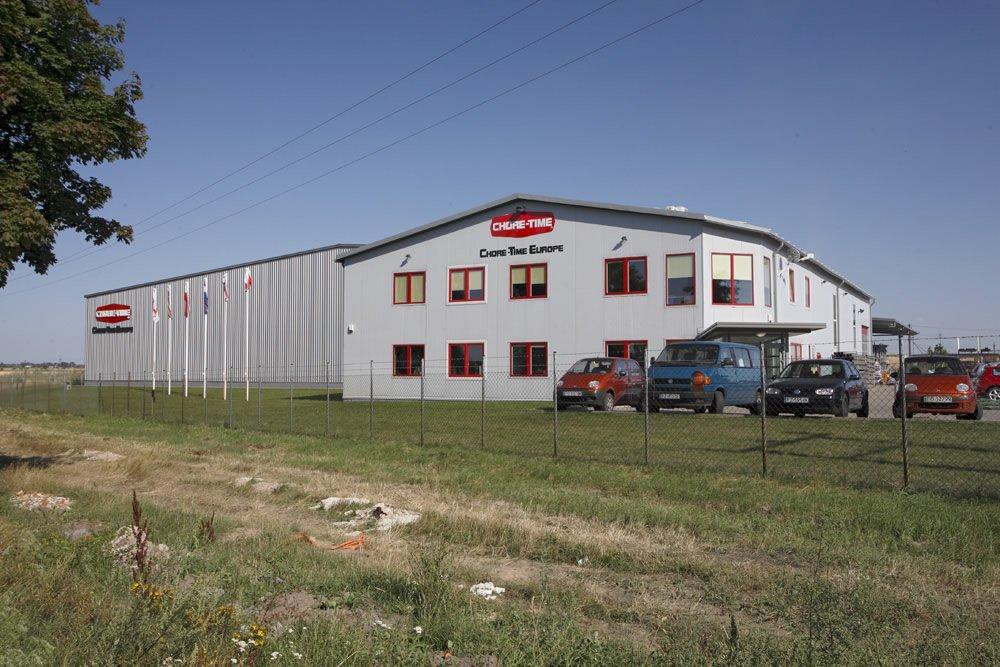 ściana frontowa - hala produkcyjno-magazynowa z częścią biurową, dla Chore-Time, Strykowo, woj. wielkopolskie