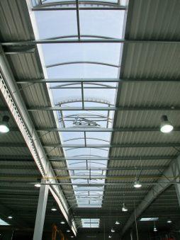 świetlik dachowy widziany od wewnątrz - hala produkcyjno-magazynowa z budynkiem biurowym, dla Promens, Międzyrzecz