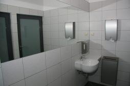 pomieszczenie sanitarne - hala produkcyjno-magazynowa z budynkiem biurowym, dla Promens, Międzyrzecz, woj. lubuskie