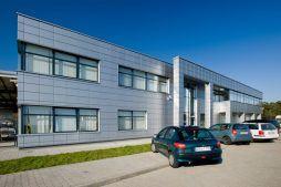 ściana frontowa - hala produkcyjno-magazynowa z budynkiem biurowym, dla HG Poland, Łozienica, woj. zachodniopomorskie