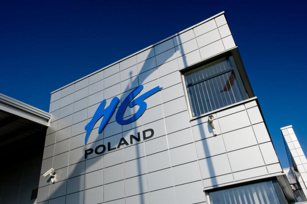 zbliżenie na logo inwestora - hala produkcyjno-magazynowa z budynkiem biurowym, dla HG Poland, Łozienica, woj. zachodniopomorskie