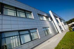 fragment elewacji frontowej - hala produkcyjno-magazynowa z budynkiem biurowym, dla HG Poland, Łozienica, woj. zachodniopomorskie