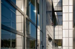 zbliżenie na detal 4 - hala produkcyjno-magazynowa z budynkiem biurowym, dla HG Poland, Łozienica, woj. zachodniopomorskie