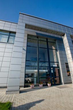 wejście do budynku 1 - hala produkcyjno-magazynowa z budynkiem biurowym, dla HG Poland, Łozienica, woj. zachodniopomorskie