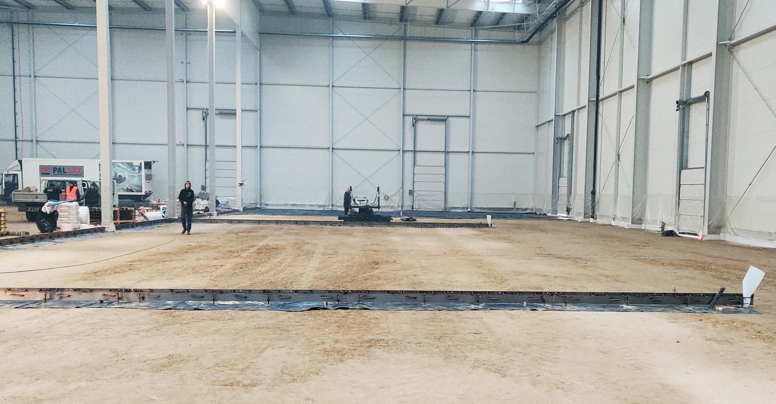 wnętrze hali przygotowane do ułożenia posadzki - inwestycja w systemie zaprojektuj i wybuduj, dla Grupa Inco, realizacja CoBouw Polska, w woj. warmińsko-mazurskim
