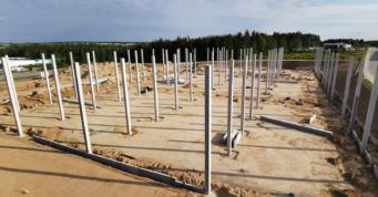 prefabrykowane słupy żelbetowe - 2 etap budowy centrum logistycznego, w Płaszewku k. Słupska, w woj. pomorskim, dla Indeka Logistic City