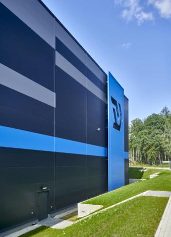 zbliżenie na elewację z płyt w układzie poziomym - obiekt logistyczny, dla firmy spedycyjnej, Indeka Logistic City, projekt i budowa CoBouw Polska